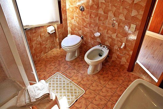 Apartment Gardasee mit Badezimmer mit Fenster in residence Gardasee Casa Maria