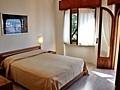 Apartment Gardasee für 4 Personen mit Schlafzimmer u. Schlafcouch in Wohnzimmer in residence Gardasee Casa Maria